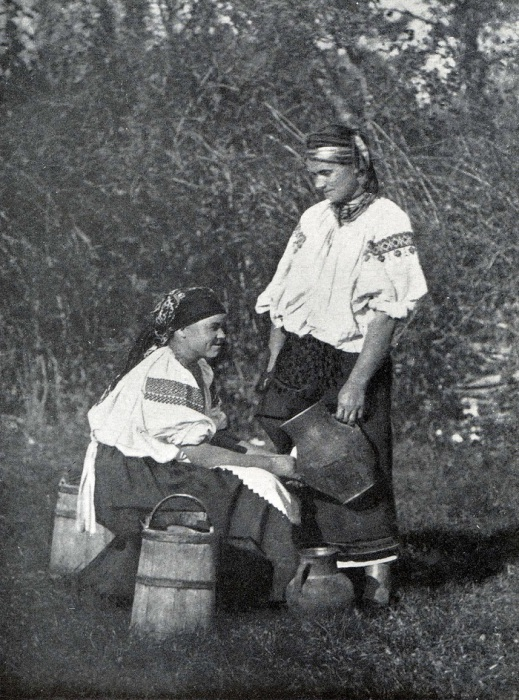 Женщина и девушка с глиняными кувшинами.  Подолье, XIX век.