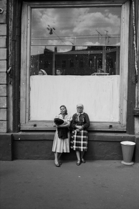 Женщины, стоящие у витрины магазина. СССР, Москва, 1961 год.