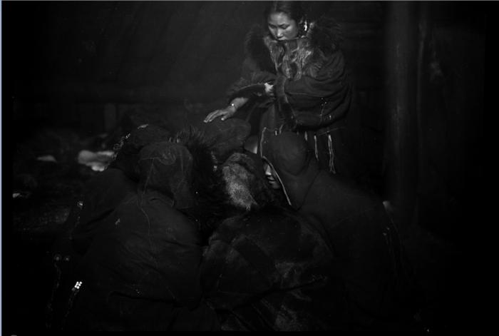 Женщины коряков-охотников на морского зверя за работой. Камчатский край, 1900 год.