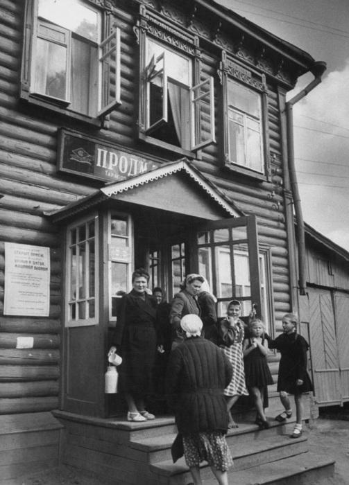 Женщины у входа в продуктовый магазин. СССР, 1956 год.