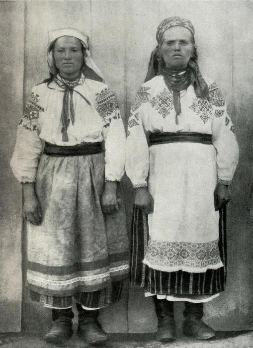 Женщины в летней одежде. Полесье, село Юрова, начало ХХ века.
