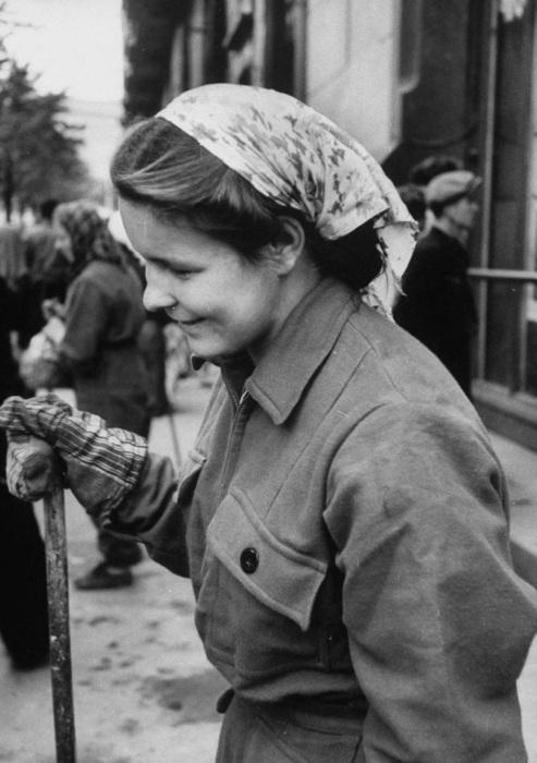 Женщина, работающая на улице. СССР, Москва, 1956 год.