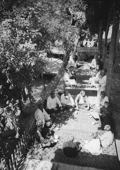 Рабочие отдыхают в чайхане возле канала. Узбекистан, 1930 год. Фото: Max Penson.