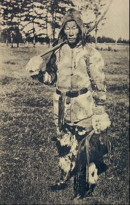 Якут идущий на сенокос. Якутская область, начало 20 века.