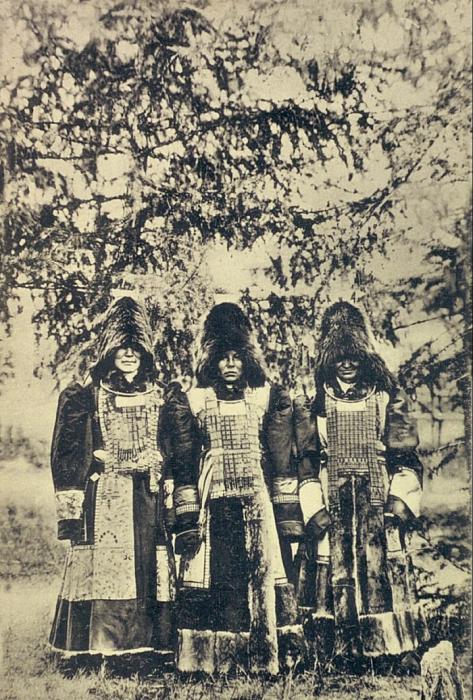 Якуты в традиционных военных доспехах. Якутская область, начало 20 века.