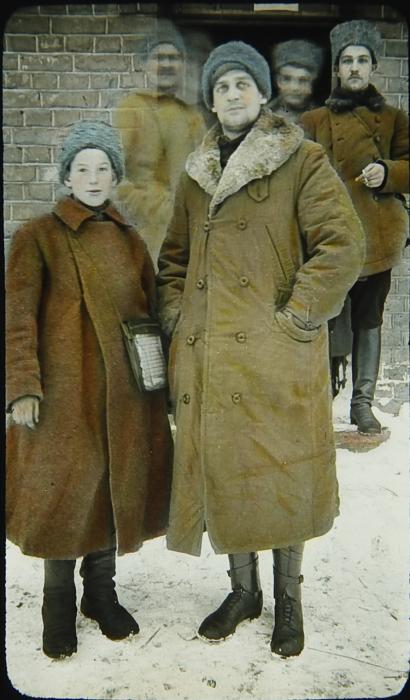 Молодой казак со своими боевыми товарищами.