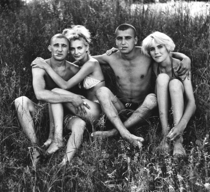 Молодые люди, отдыхающие на реке. СССР, 1990 годы.