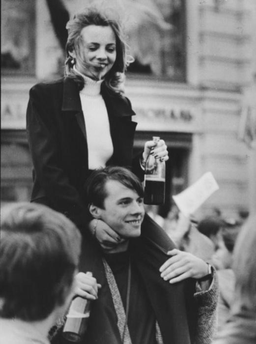 Молодые люди отмечают 850-летие Москвы. Россия, 1997 год.
