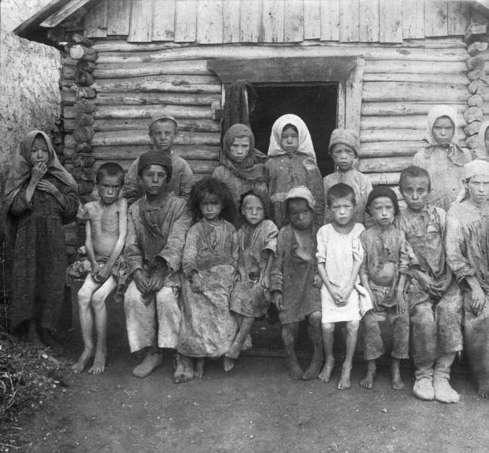 Группа детей, страдающих от голода в одном из сел на Поволжье. СССР, 1922 год.