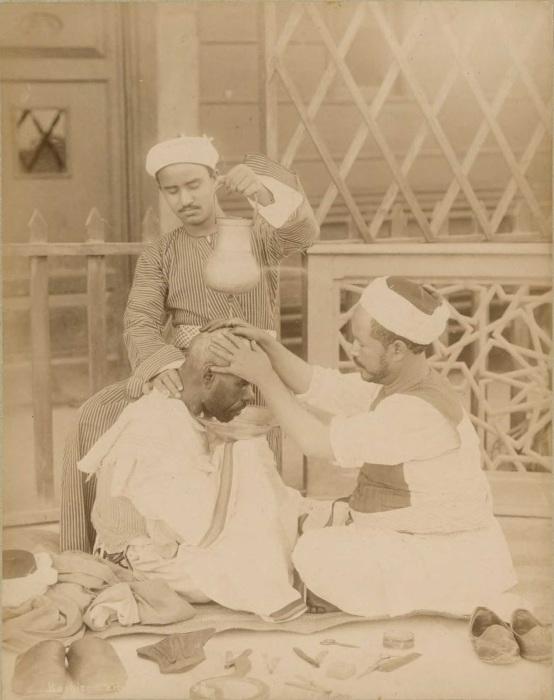 Уличный парикмахер.