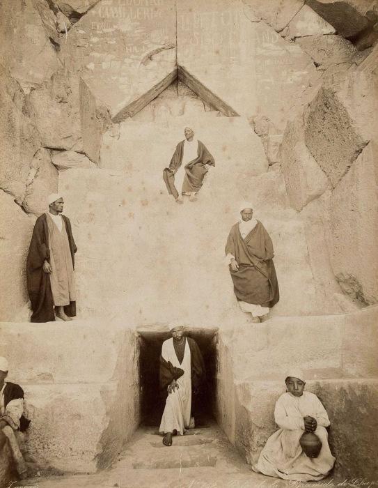 Мужчины у входа в Великую пирамиду в Гизе.