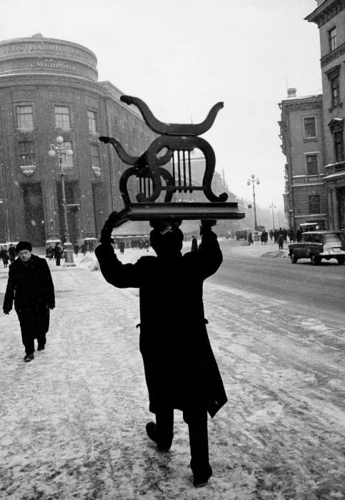Уличная сцена. СССР, Ленинград, 1960-е годы.