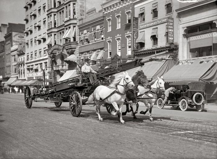 Пожарная команда на одной из центральных улиц Вашингтона в 1914 году.