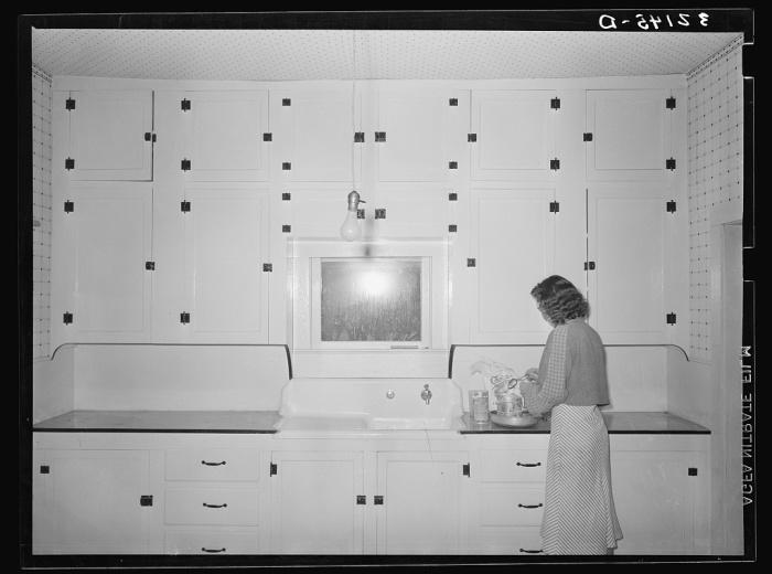 Девушка на кухне. Штат Техас, Округ Идальго.