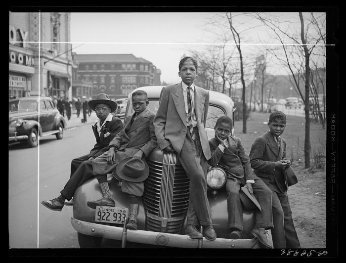 Афроамериканские подростки возле дорогого автомобиля.