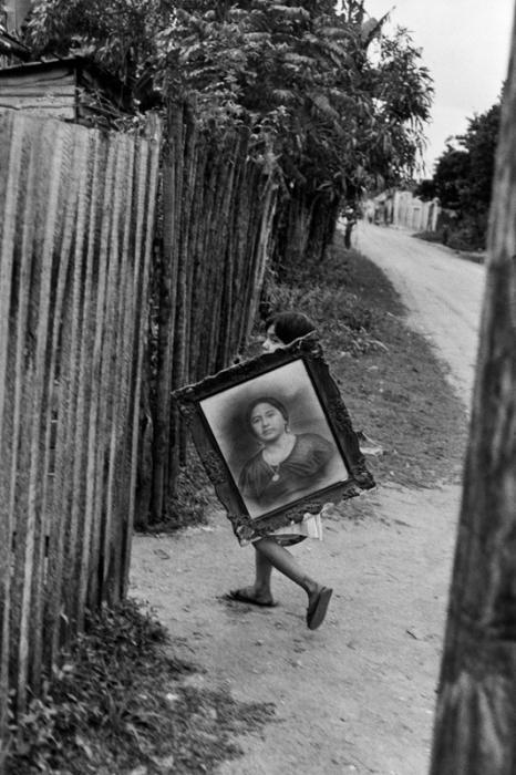 Мальчик, несущий найденный на улице портрет.
