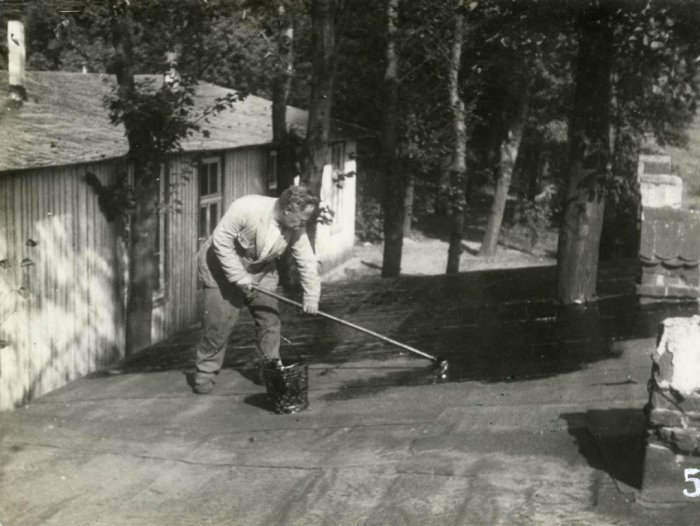 Русский капитан, в прошлом один из крупнейших землевладельцев, чинящий крышу барака.