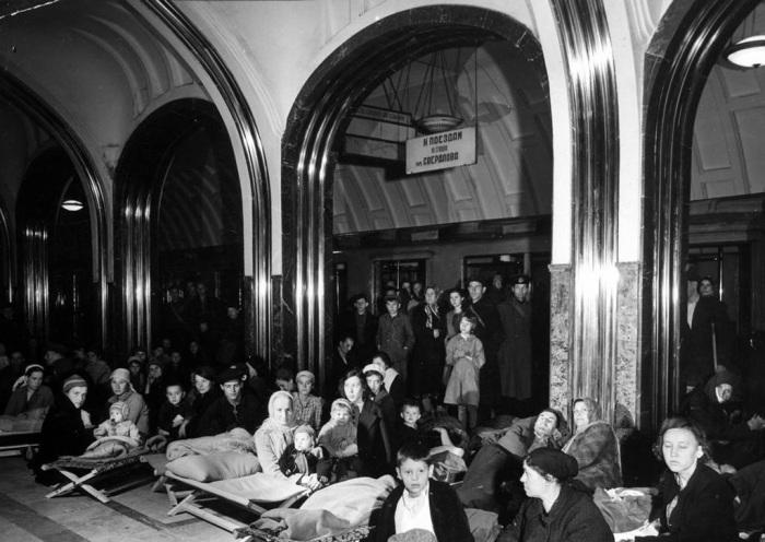 Люди прячущиеся на станции метро Маяковского во время бомбардировки Москвы. СССР, 1941 год.