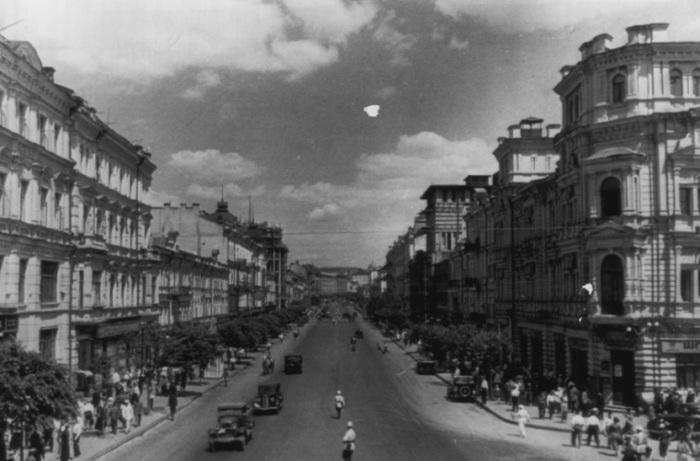 Оживленный Крещатик. СССР, Киев, 1943 год.
