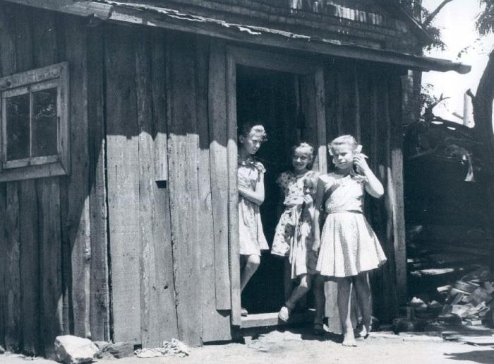 Девушки, стоящие возле дома, где когда-то жил Хрущев. СССР, 1959 год.