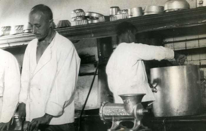 Казачий офицер, работающий в эмиграции кухонным работником.