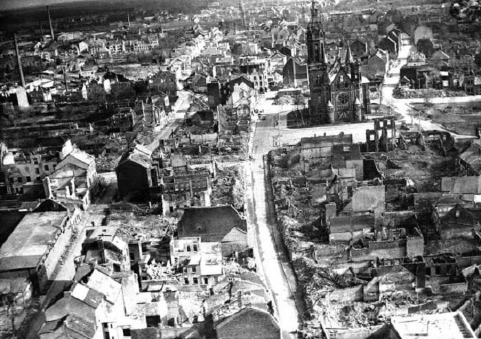 Менхенгладбахский собор, который возвышается над руинами. Германия, 29 ноября 1945 года.