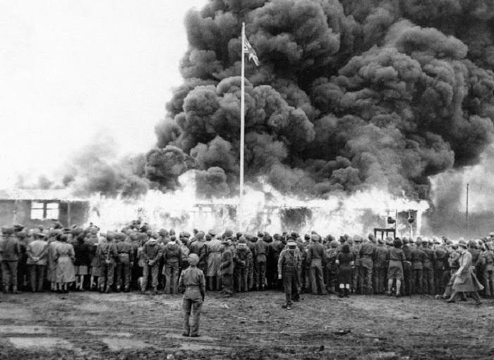 Пылающий барак в концлагере Бельзен.