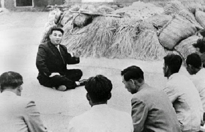Корейский революционер беседует с фермерами. Северная Корея, 1945 год.