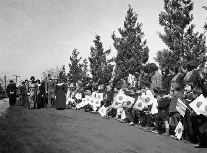 Императрица Японии посещает католический приют для детей, которые потеряли родителей во время боевых действий.