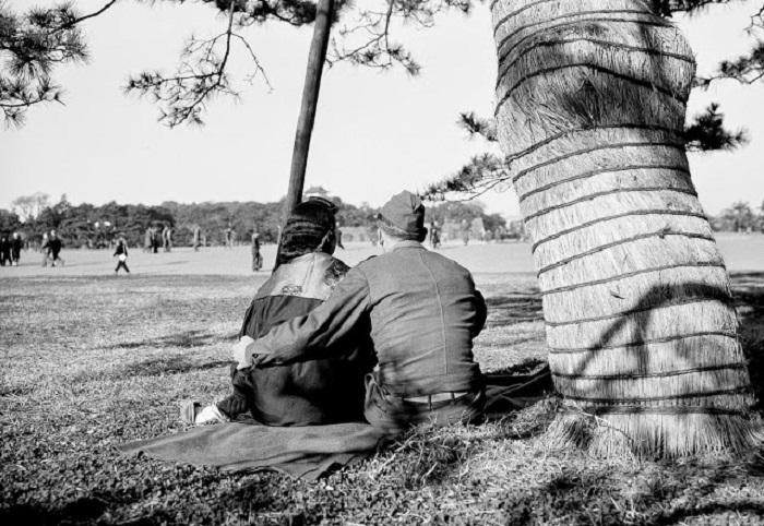 Влюблённая пара. Окрестности парка Хибия, недалеко от Императорского дворца Токио.