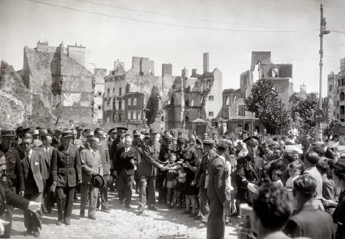 Генерал Шарль де Голль пожимает руки детям в Лорьяне.