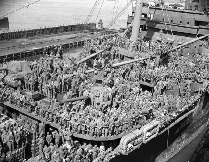 Транспортный корабль с участниками боевых действий.