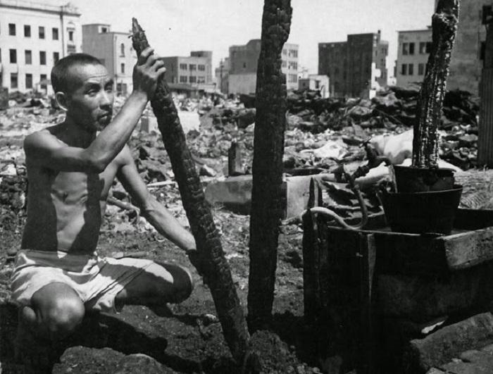 Мужчина среди обломков. Япония, Йокогама, 1945 год.