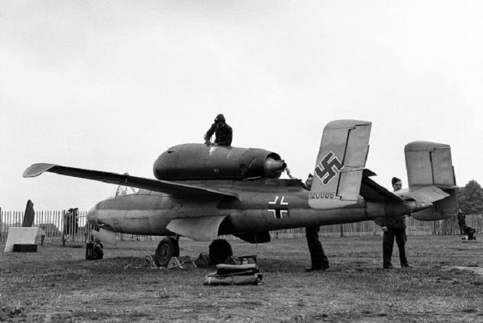 Немецкий одномоторный реактивный истребитель, стоявший на вооружении во время Второй мировой войны.