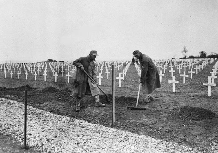 Немецкие заключенные на кладбище Сен-Лоран-сюр-Мер.