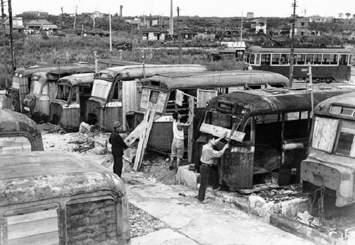 Сгоревшие автобусы, которые использовались местными жителями как временное жилище.