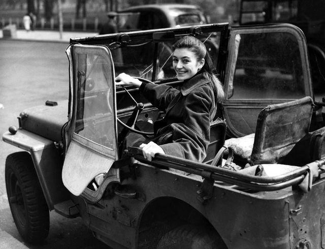 Легенда французского кинематографа в день своего рождения.