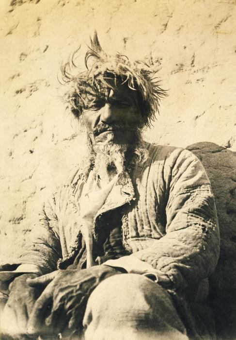 Глава рода, старейшина, почтенный пожилой человек.