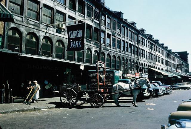 Мясная лавка и магазин продуктов в центре Бостона, 1957 год.