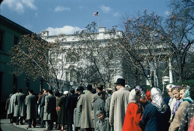 Толпы людей ожидают начало экскурсии по Белому дому.