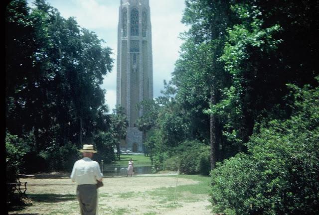 Портретный снимок на фоне поющей башни Эдварда Бока. США, Флорида, 1952 год.
