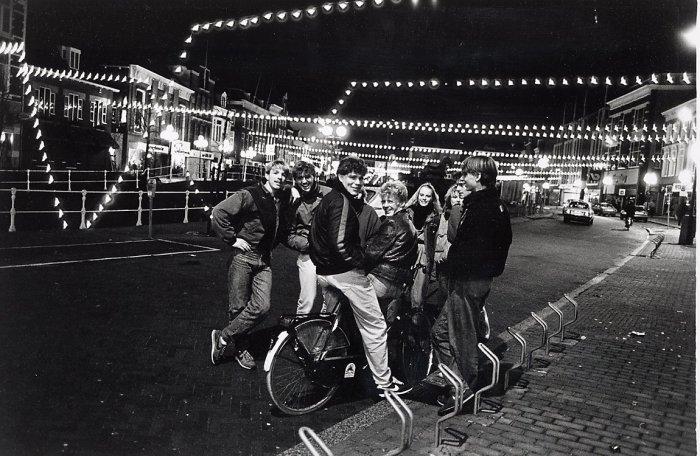 Нидерландская молодёжь поздним вечером в Леувардене, 1983 год.