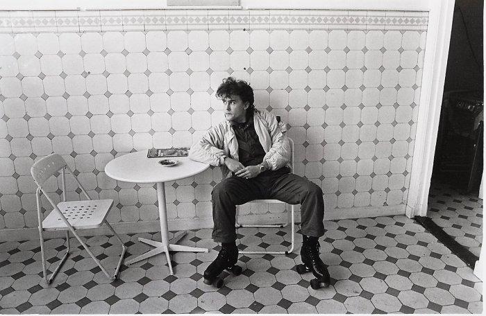 Студент на роликах в кофейне. Гаага, 1983 год.