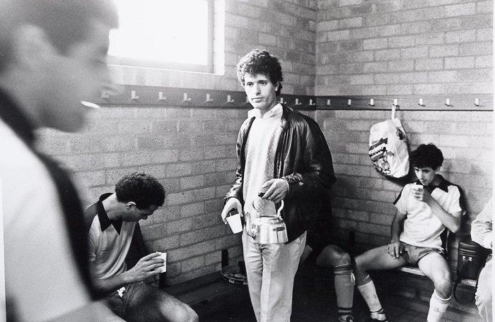 Марокканские футболисты в раздевалке футбольного клуба International в 1984 году.