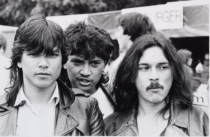 Молодые люди на ежегодном фестивале рок-музыки, который проходит в Ланграафе.
