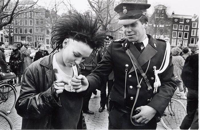 Офицер даёт прикурить представительнице молодёжной субкультуры.