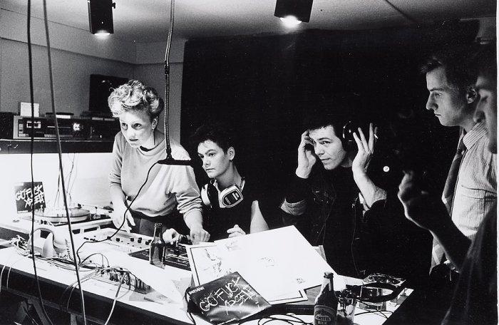 В студии известной амстердамской радиостанции G. O. T., которая вещает программы специально для молодёжи.