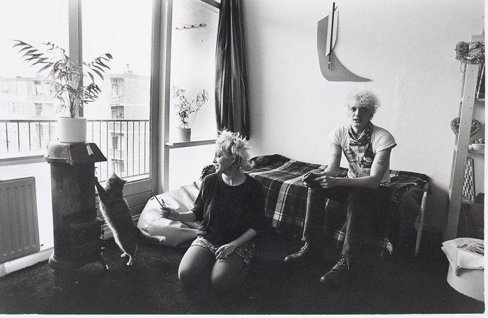 Молодая семья в своей квартире. Нидерланды, Гезенвельд, 1983 год.