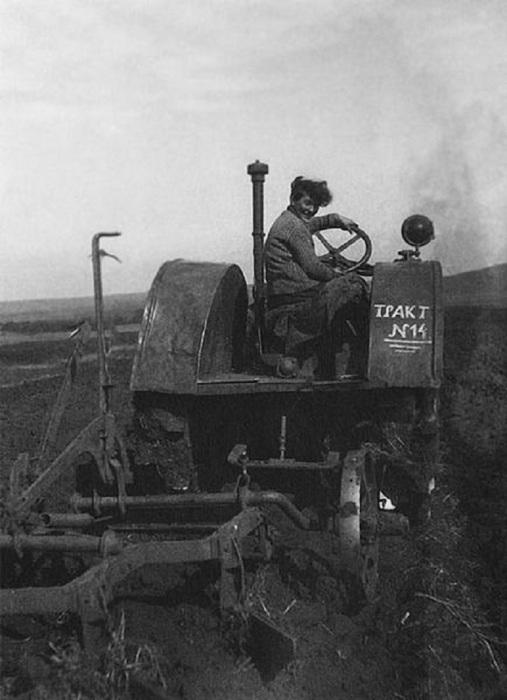 Бригадир тракторной бригады и участница стахановского движения в годы первых пятилеток.