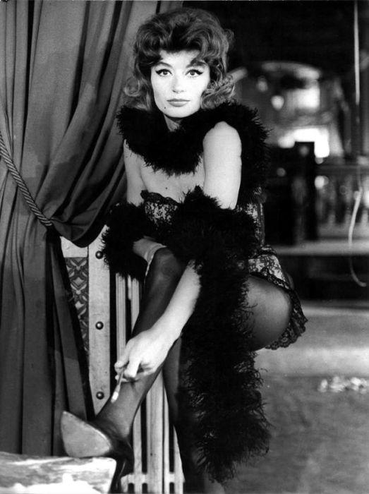 Анук Эме на съемках фильма «Лола», сфотографированный Раймондом Кашетьером, 1961 год.